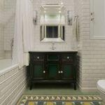 Черная тумба с умывальником в белой ванной