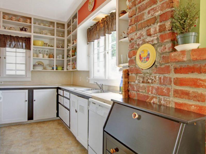 Грубая стена из красного кирпича в дизайне небольшой кухни
