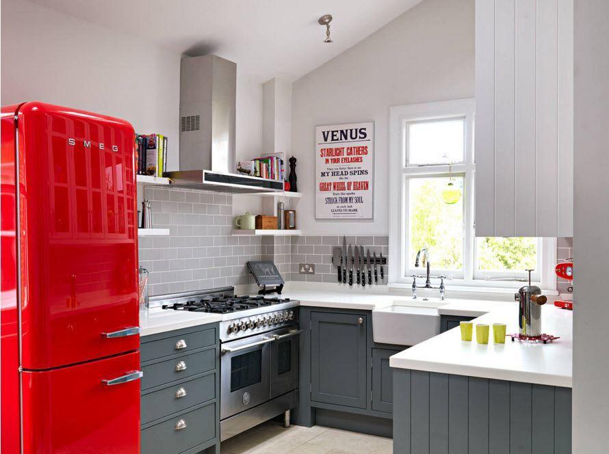 Кухня в ретро стиле с красным холодильником