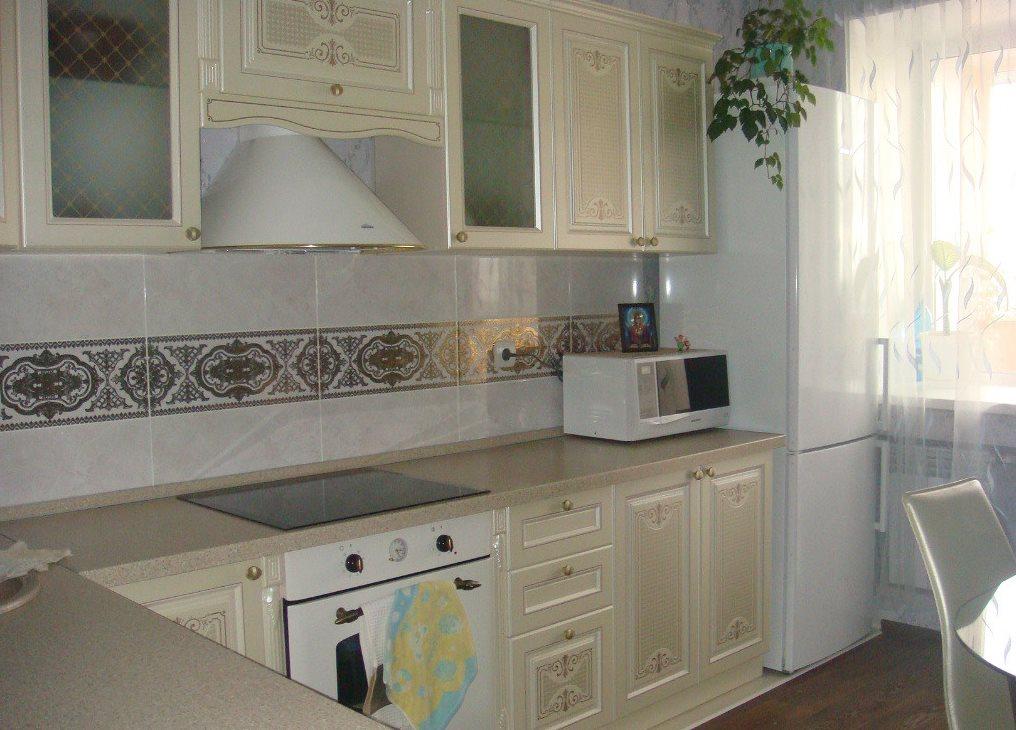 Угловая планировка кухни с холодильником у окна