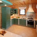 Интерьер кухни деревянного дома