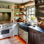 Интерьер кухни с состаренной мебелью в стиле прованс