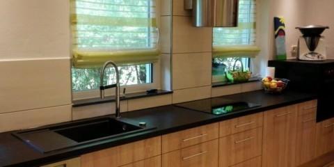Интерьер линейной кухни вдоль стены с двумя окнами