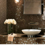 Интерьер ванной комнаты с мозаикой завораживает своей красотой