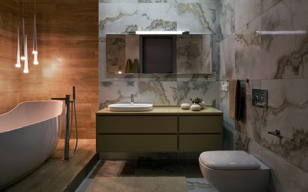 Интерьер ванной с отделкой мрамором