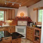 Интересное оформление угловой кухни с помощью маленькой плитки