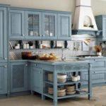 Искусственно состаренный голубой кухонный гарнитур в стиле прованс
