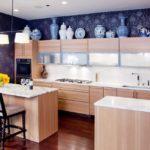 Использования обоев темных оттенков в сочетании со светлой палитрой кухонных шкафов