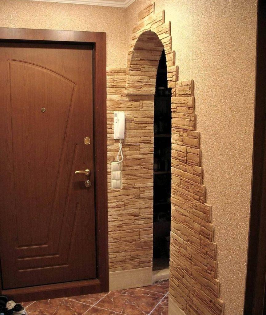 Оформление стен прихожей натуральным камнем