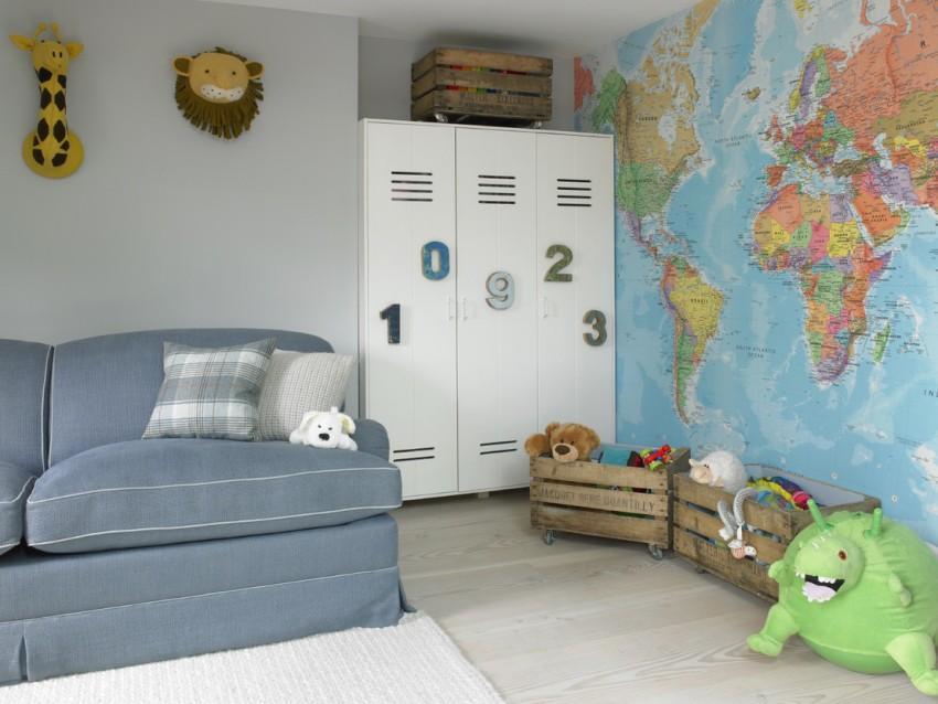 Серый диван в детской комнате с фотообоями