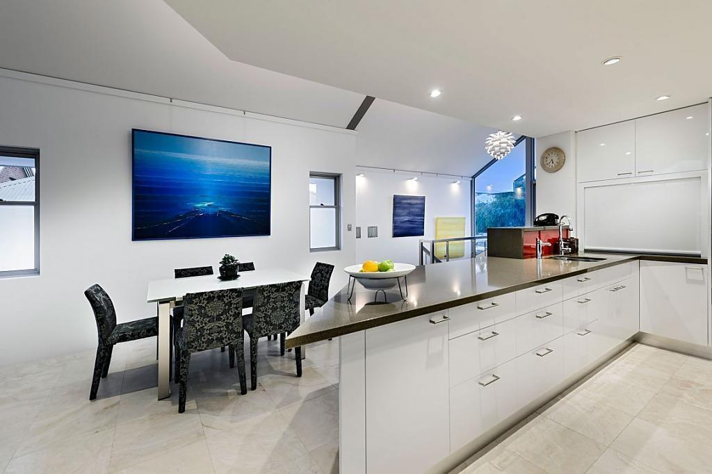 Оформление белой стены кухни с помощью картины