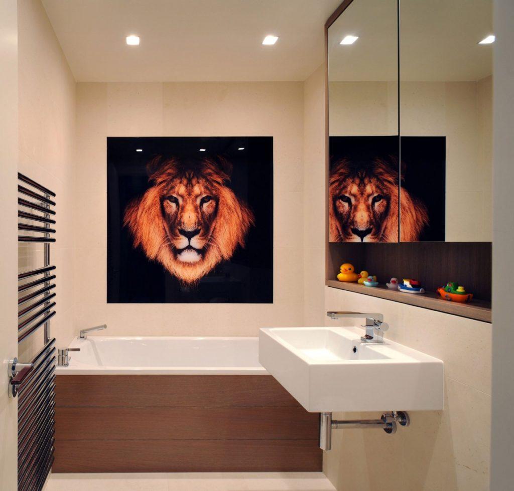 Картина льва на стене ванной комнаты