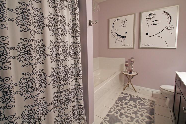 Интерьер современной ванной с картинами на стене