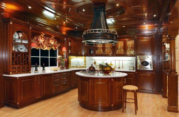 В классическом интерьере кухня