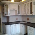 Классический кухонный гарнитур в белом цвете изготовлен по индивидуальным размерам с учетом вентиляционного канала