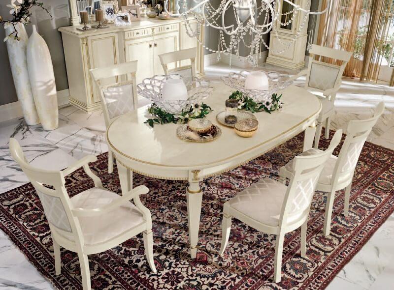 Обеденный стол с фигурными ножками в кухне частного дома