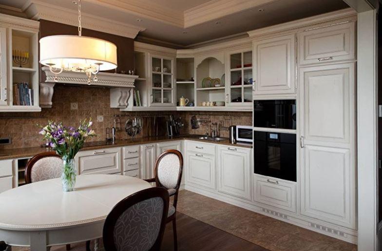 Овальный стол на кухне 13 кв. метров в классическом стиле