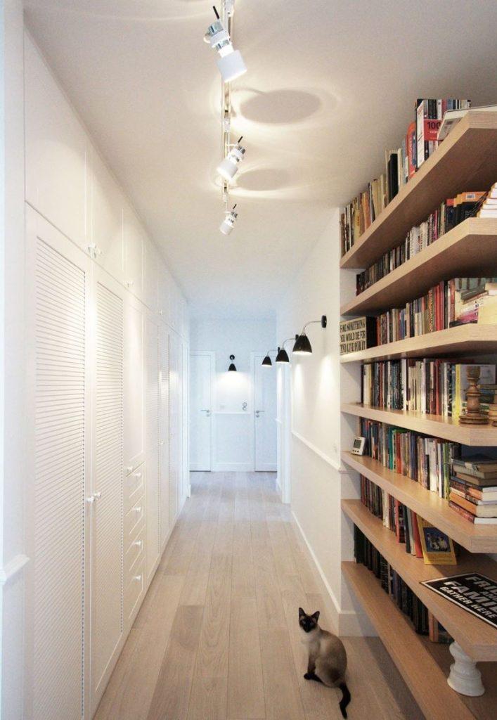 Дизайн узкого коридора с белыми стенами в хрущевке