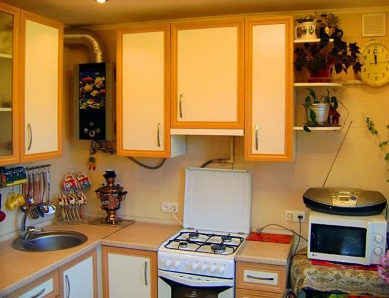 Газовая колонка между шкафами кухонного гарнитура