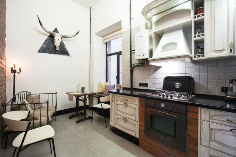 Интерьер кухни с открытой газовой колонкой