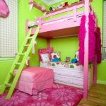 Розовая двухъярусная кровать с зеленой лестницей