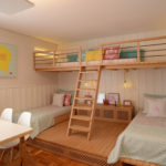 Две кровати на деревянном подиуме