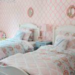 Бумажные обои с розовым орнаментом