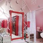 Зеркало в красной раме и хрустальные подвески на люстрах