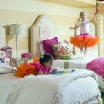 Маленькие дети на белых кроватях