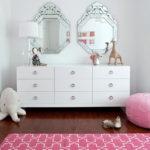 Два зеркала в комнате девочек