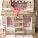 Двухъярусная кроватка в виде деревянного домика