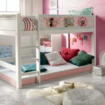 Декорирование стены розовыми обоями