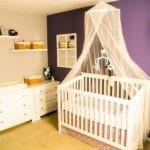 Контрастное оформление комнаты для младенца