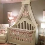 Деревянная кроватка для малыша в детской комнате