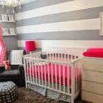 Полосатые обои в комнате новорожденного