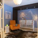 Жираф на стене детской спальни