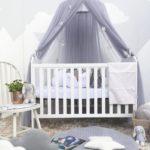 Белая кроватка с сиреневым балдахином