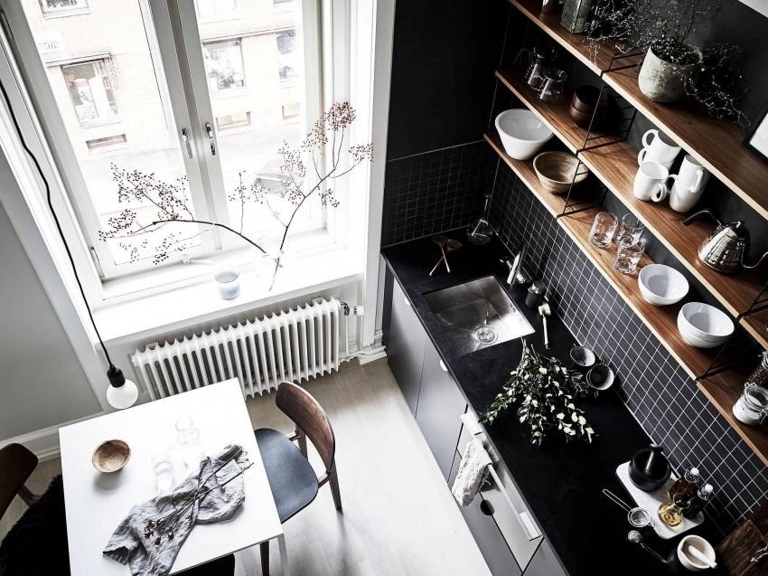 Интерьер кухни в черно-белом цвете с деревянными полками