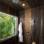Коричневая плитка с вертикальной укладкой и фрагмента декора из мозаики