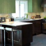 Коричнево-зеленая кухня вокруг окна с классической барной стойкой
