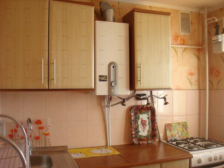 Газовая колонка между верхними шкафами кухонного гарнитура