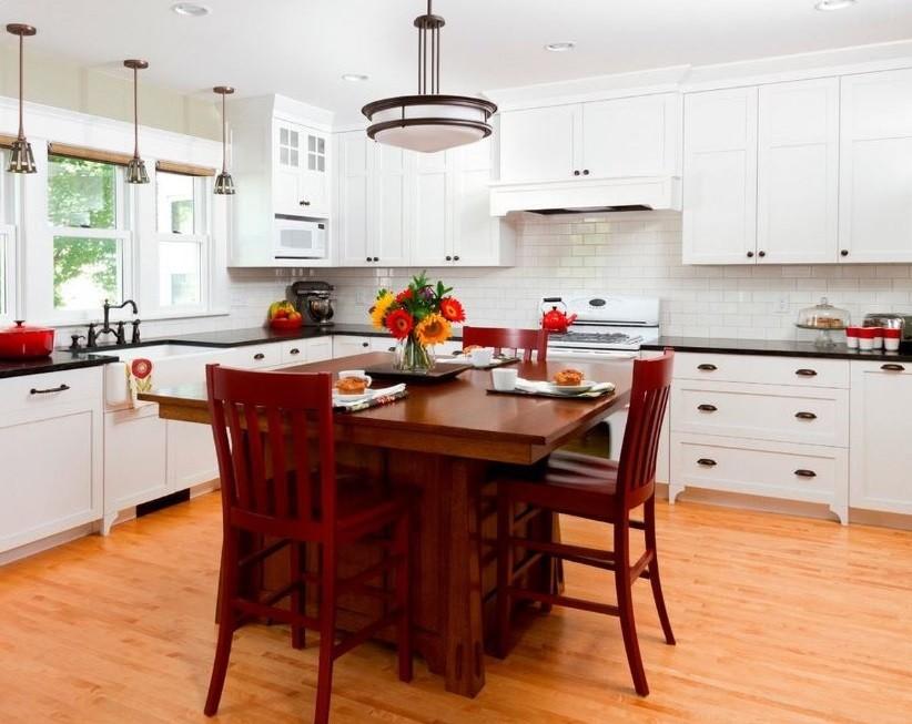 Коричневый стол из дерева в белой кухне