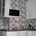 Короб с узким шкафчиком, оформленным как и остальная кухня вокруг вентиляционного канала