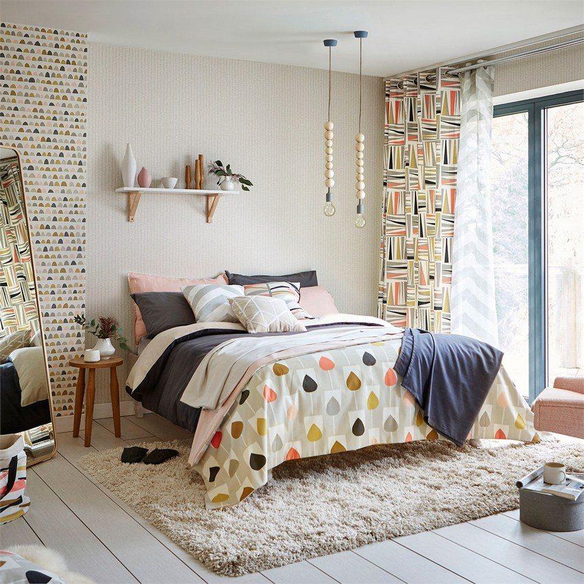 Полочка с декорациями над изголовьем кровати