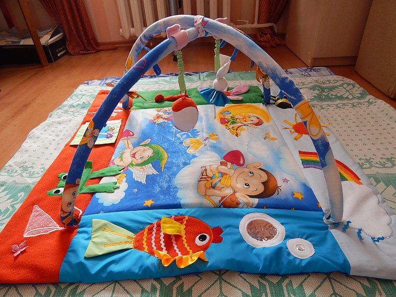 Яркий самодельный коврик для младенца