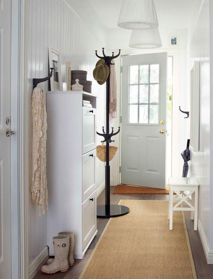 Светло-коричневый коврик на полу прихожей частного дома