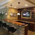 Красивая барная стойка с деревянной столешницей и подстольем из камня