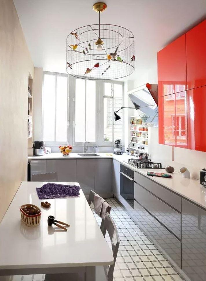Люстра в виде клетки с птицами в дизайне кухни 5 кв метров