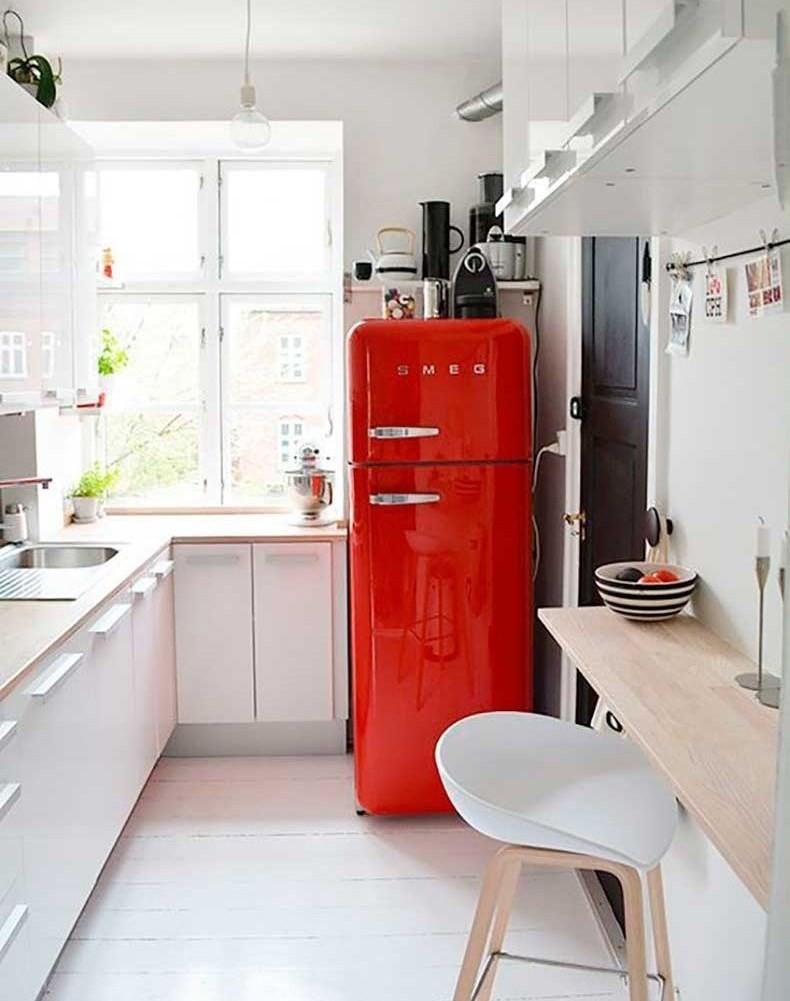 Красный цвет в качестве акцента на кухне с белыми шкафами