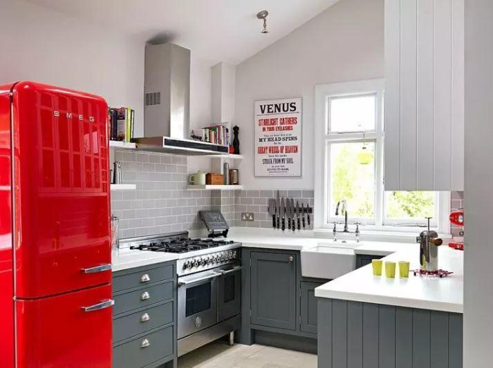 Красный холодильник в интерьере кухни частного дома